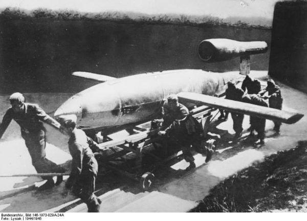 Na wyspie Uznam pracowano też nad bombami latającymi. Na zdjęciu żołnierze przygotowujący rakietę V1 do startu.