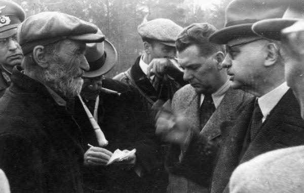 Na podstawie zachowanych dokumentów i relacji, historycy wciąż próbują ustalić jednoznaczne przyczyny zbrodni katyńskiej. Na zdjęciu jeden ze świadków mordu Parfien Kisielew w rozmowie z dr. Ferencem Orsósem, dokonującym sekcji zwłok zamordowanych polskich oficerów po ekshumacji w 1943 roku.