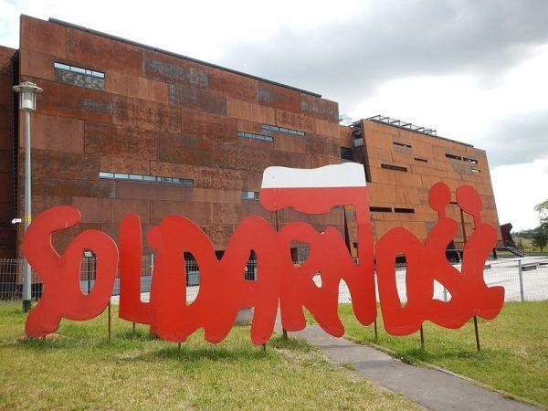 """Chociaż postawienie przywódców NSZZ """"Solidarność"""" i KSS """"KOR"""" miało w zamierzeniu władz PRL-u skompromitować opozycję, przyniosło odmienne skutki. Czy właśnie ten pokazowy proces był jednym z elementów, które doprowadziły do obalenia reżimu? Na zdjęciu instalacja artystyczna w Gdańsku."""