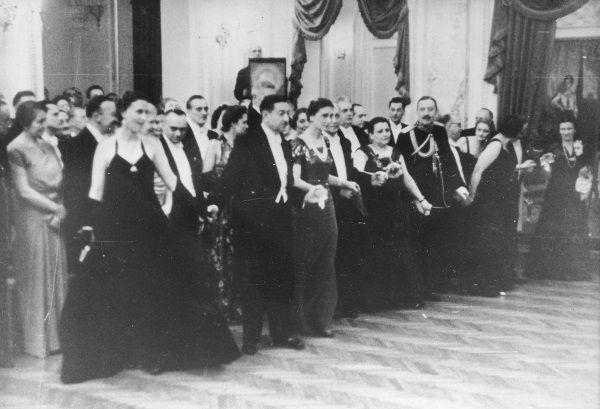 Maria Wojciechowska odstawała od elit, które chciały bawić się na balach takich jak ten na zdjęciu, w kasynie oficerskim (fot. domena publiczna).