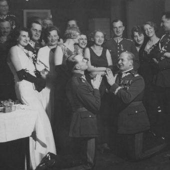 Jedno z najsłynniejszych zdjęć przedstawiających przedwojenne elity w trakcie zabawy. (fot. domena publiczna)