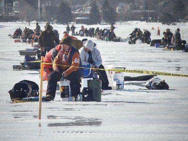 Panowie łowiący ryby pod lodem bardziej lub mniej świadomie nawiązują do tradycji... ziemiańskiej Wigilii!