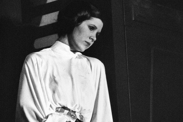 """Carrie Fisher w roli, która nieoczekiwanie zmieniła – i zniszczyła – jej życie. Zdjęcie pochodzi z książki """"Pamiętnik księżniczki""""."""