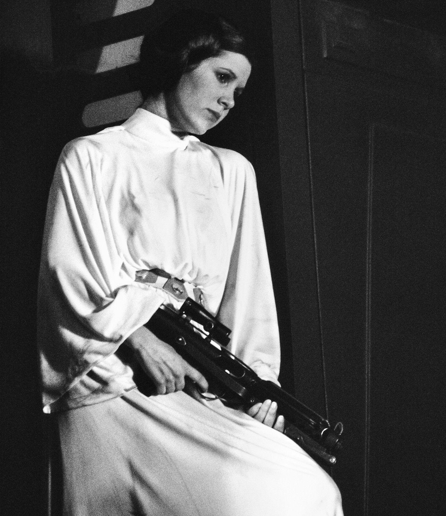 """Carrie Fisher w roli, która nieoczekiwanie zmieniła - i zniszczyła - jej życie. Zdjęcie pochodzi z książki """"Pamiętnik księżniczki""""."""
