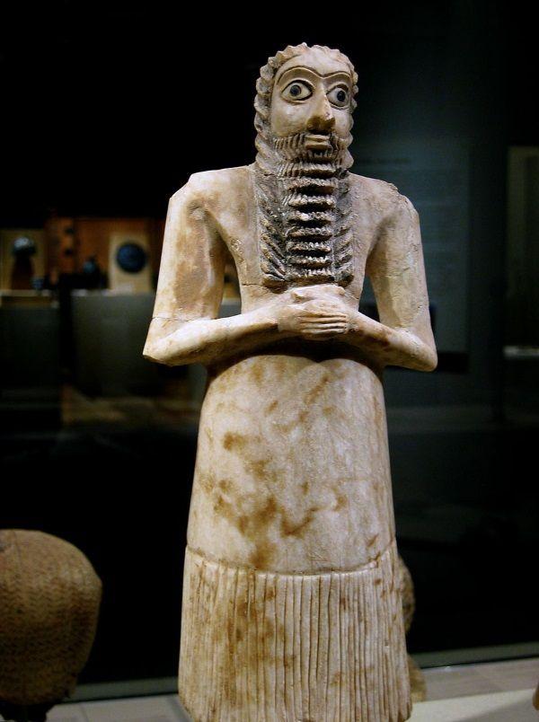 Alabastrowy mezopotamski posąg. Na twarzy mężczyzny widać, że jego pobratymcy kładli szczególnie duży nacisk na wygląd oczu. (Fot. Rosemaniakos from Bejing, lic. CC 2.0)