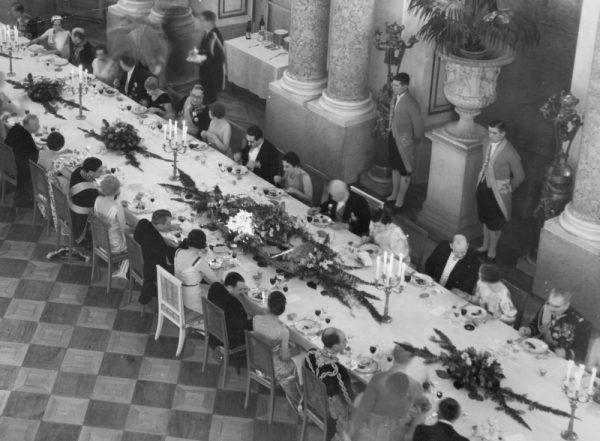 Prezydent Mościcki ze swoimi gośćmi podczas posiłku na Zamku Królewskim (fot. domena publiczna).