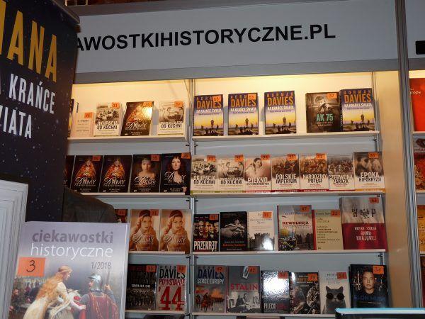 """Nasze książki w pełnej okazałości. A na samym szczycie - najnowsza pozycja Normana Daviesa. Fot. redakcja portalu """"CiekawostkiHistoryczne.pl""""."""