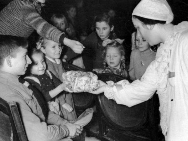 Rozdawanie paczek podczas Wigilii 1941 roku.