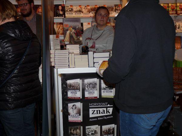 """Na naszym plakacie nie mogło zabraknąć ani naszego loga, ani wydawnictwa Znak Horyzont. Fot. redakcja portalu """"CiekawostkiHistoryczne.pl""""."""