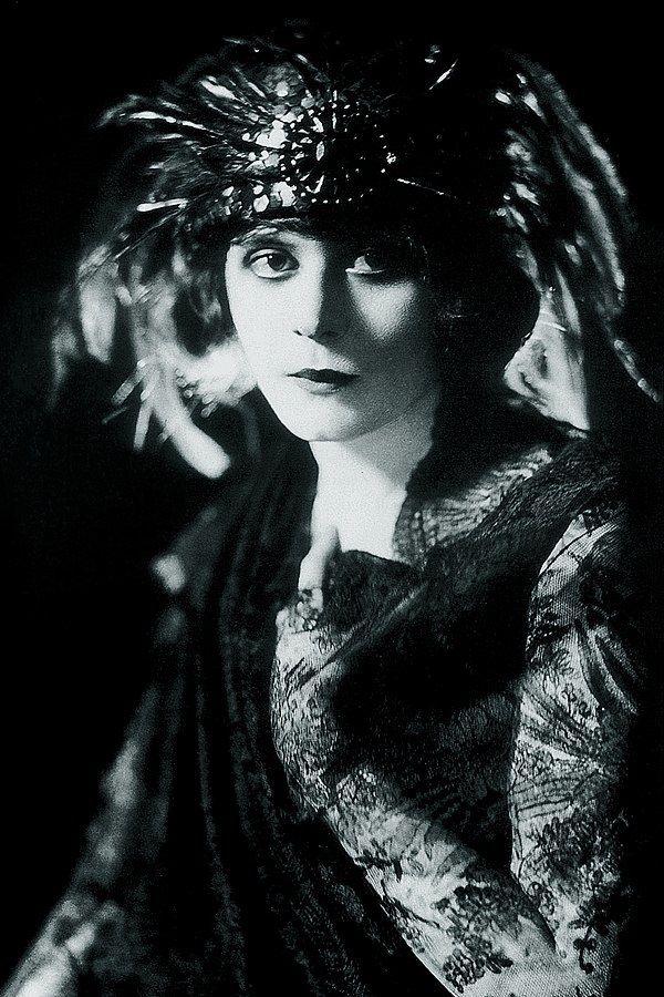 Theda Bara w 1920 roku (fot. domena publiczna).