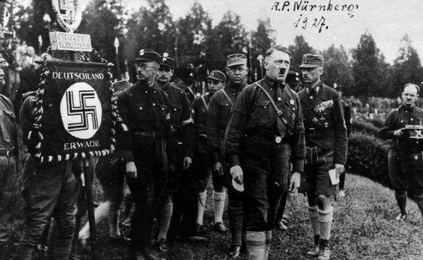 Jak wiele znamy powodów ewolucji Hitlera? Z typowego antysemity swojej epoki stał się on zbrodniarzem odpowiedzialnym za jedne z największych ludobójstw w historii świata... Na zdjęciu zgromadzenie hitlerowskiej partii NSDAP w Norymberdze, 1927 rok.