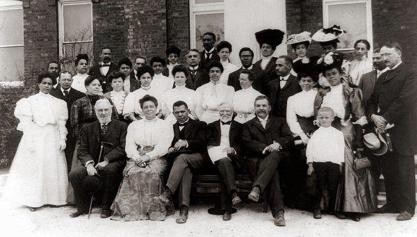 """Nagle, w 1901 roku, Carnegie postanowił przejść na emeryturę. Został uznany ówcześnie za największego bogacza na świecie. Wtedy stwierdził, że ludzie bogaci powinni oddawać nadwyżki swoich fortun, ponieważ """"człowiek, który umiera bogaty, umiera zhańbiony"""". Na zdjęciu podczas wizyty w Tuskegee Institute (edukującą Afroamerykanów), którego był dobroczyńcą (1903 rok)."""