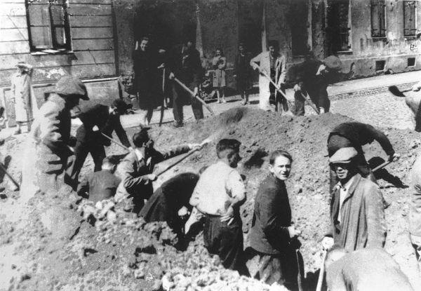 Budowa umocnień na jednej z ulic Woli podczas pierwszych dni powstania.