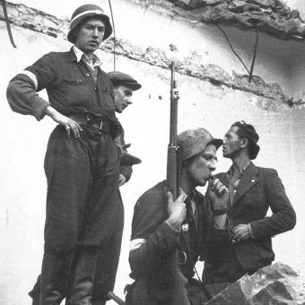 Powstańcy podczas walk o Warszawę.