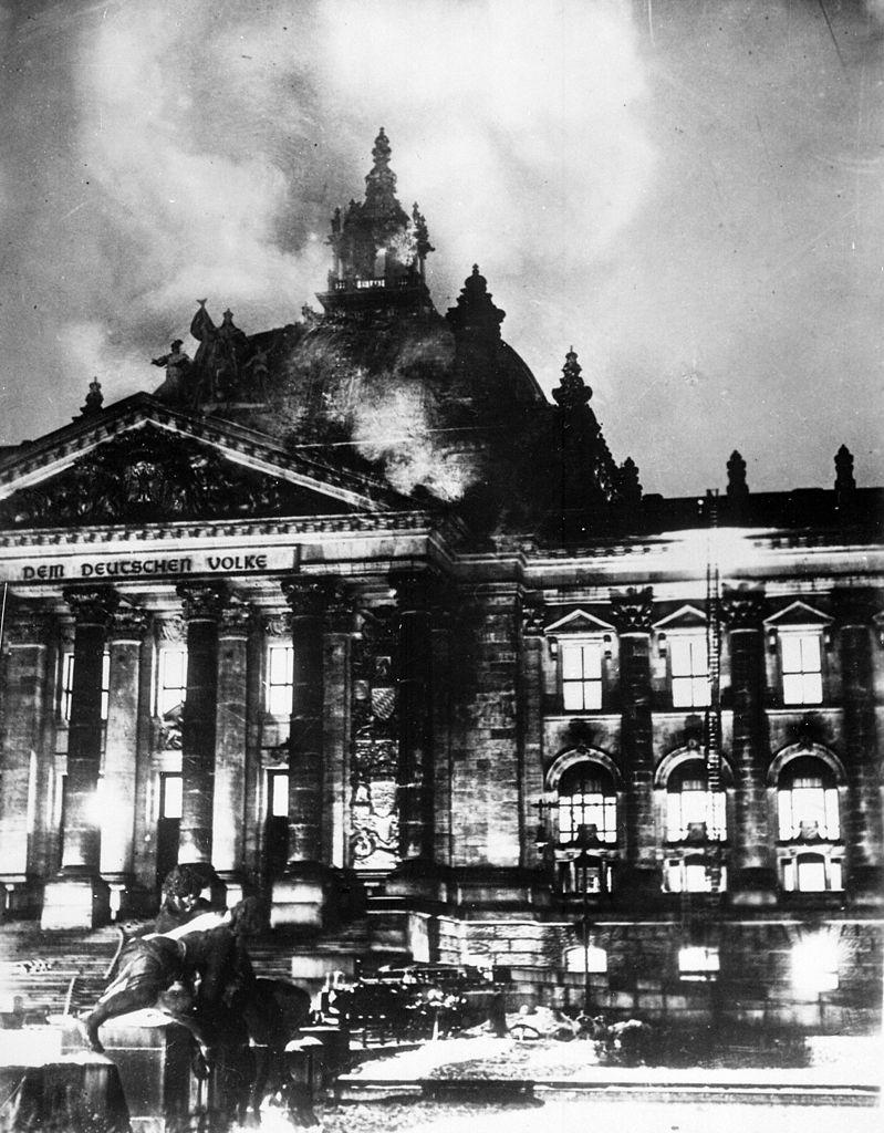 Pożar Reichstagu był argument dla Hitlera do przejęcia pełnej władzy w kraju.