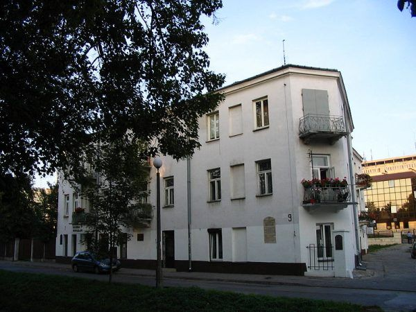 Kamienica przy ul. Planty 7, gdzie doszło do rozpoczęcia Pogromu kieleckiego, czyli serii napadów na ludność żydowską 4 lipca 1946 roku. W ich wyniku zginęło 37 Żydów, a 35 zostało rannych. Zginęło też 3 Polaków.