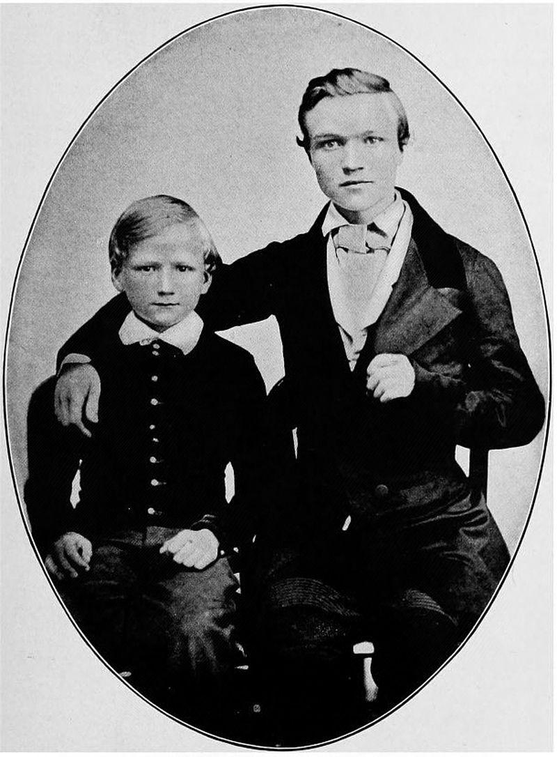 Gdy rodzina Carnegie postanowiła wyemigrować do Stanów Zjednoczonych, Andrew miał zaledwie 12 lat. Od razu rozpoczął pracę - najpierw w przędzalni bawełny, a następnie został roznosicielem telegramów. Na zdjęciu z bratem Thomasem.