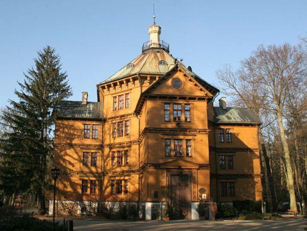 Słynny myśliwski pałac książąt Radziwiłłów w Antoninie. Zbudowany został w latach 20. XIX wieku dla księcia Antoniego, który gościł tu m.in. Fryderyka Chopina. W czasie II wojny światowej trafił w ręce Adolfa Hitlera.