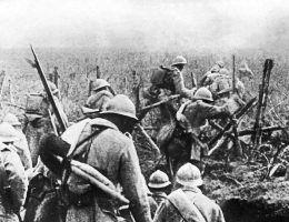 Żołnierze francuscy ruszaja do ataku podczas bitwy pod Verdun
