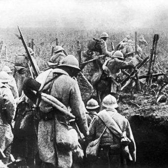 Żołnierze francuscy ruszają do ataku podczas bitwy pod Verdun