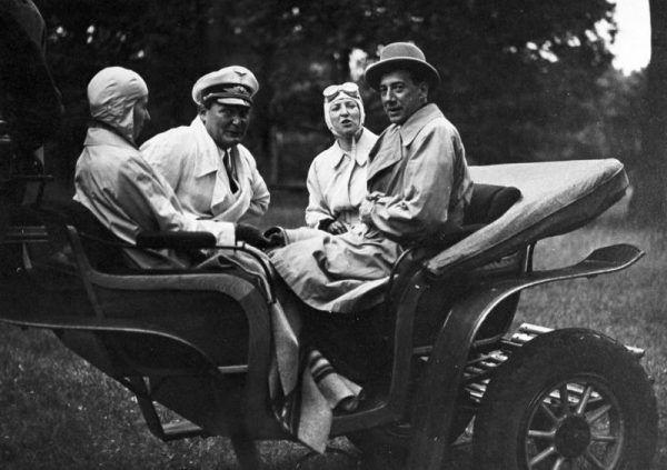 """Janusz Radziwiłł, brat """"Rudego"""", był jego całkowitym przeciwieństwem. Jako wpływowy polityk w Międzywojniu, gdy wybuchła wojna wykorzystywał swoje kontakty, aby pomagać rodakom. Interweniował między innymi u samego Hermanna Göringa (na zdjęciu Göring z Józefem Beckiem wraz z żonami, lipiec 1935)."""