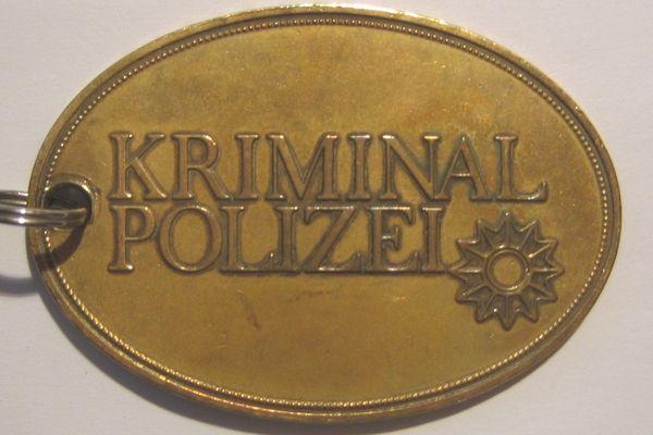 Plakietka Kripo. To jej funkcjonariusze poszukiwali mordercy z S-Bahn.