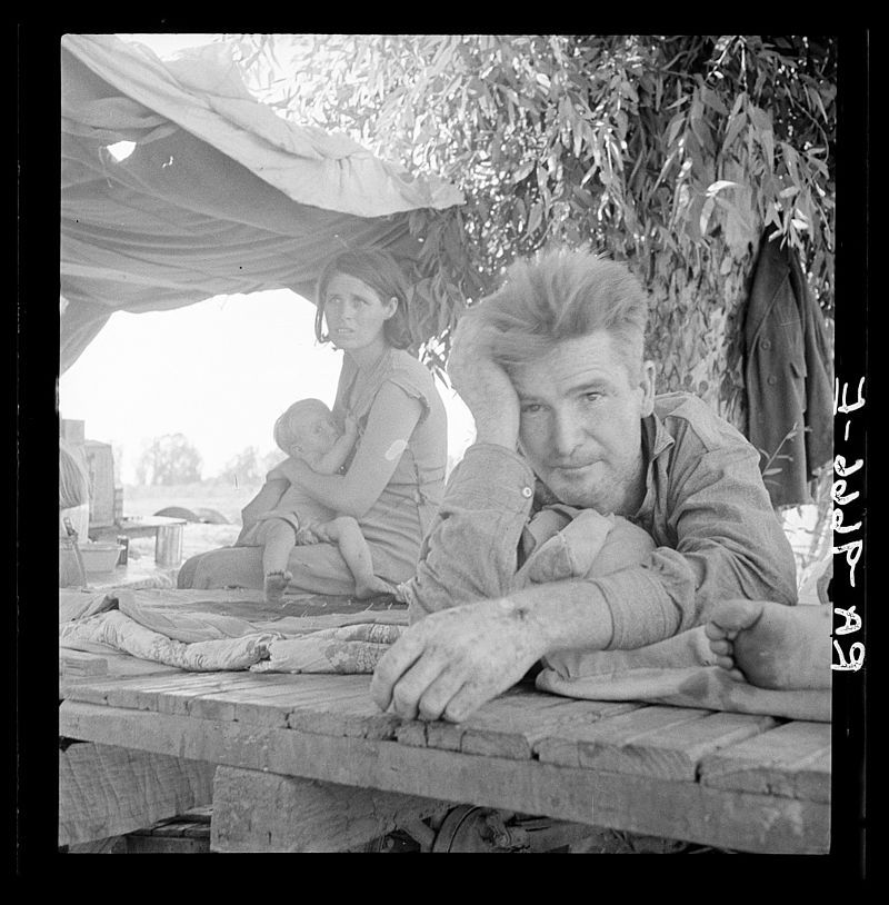 W stanie Oklahoma i tak trudne warunki pogorszyła jeszcze susza. Na zdjęciu rodzina uchodźców, szukająca pracy na polach bawełny.