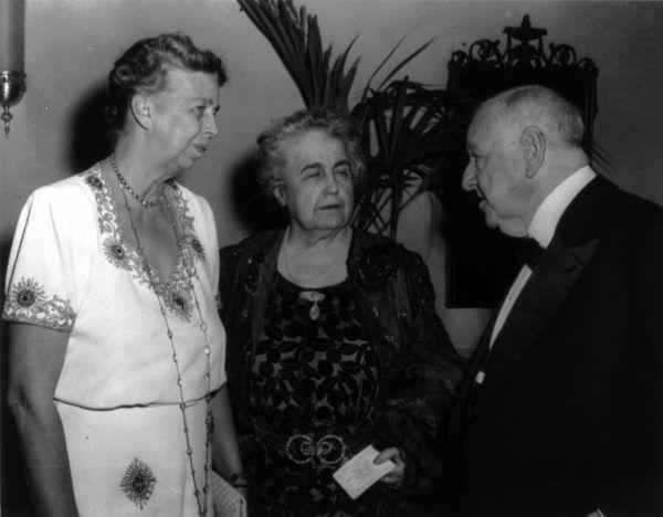 Edith Wilson (w środku) jest o wiele mniej znana niż inna silna Pierwsza Dama - Eleanor Roosevelt (z lewej). W pewnym momencie jej wpływ na sprawy państwowe był jednak o wiele większy.