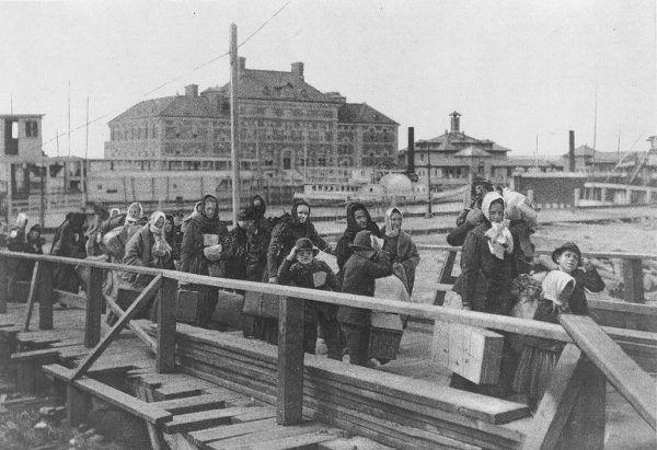 Dziewiętnastowieczne Stany Zjednoczone po zakończeniu wojny secesyjnej przechodziły okres zwany Rekonstrukcją. Powoli stawały się największą potęgą przemysłową świata. Nic dziwnego, że przyciągały imigrantów na masową skalę. Na ilustracji Ellis Island (wyspa w porcie Nowego Jorku) będąca dosłowną bramą dla milionów imigrantów przez ponad 60 lat.