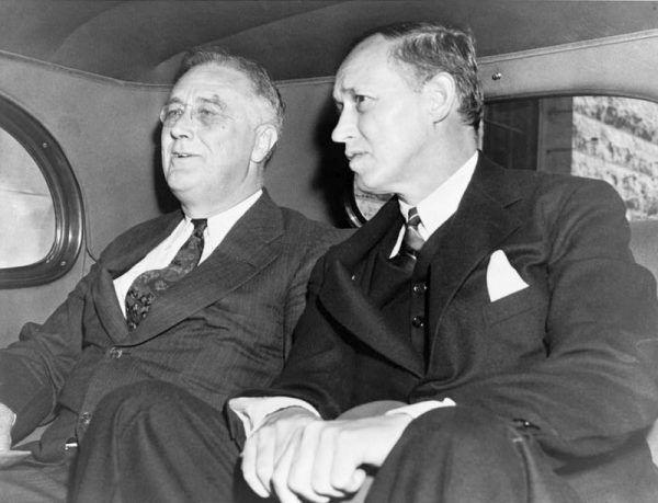 Harry Hopkins (z prawej) był jednym z najbliższych doradców prezydenta Roosevelta (z lewej). Stał się także jednym z architektów Nowego Ładu.