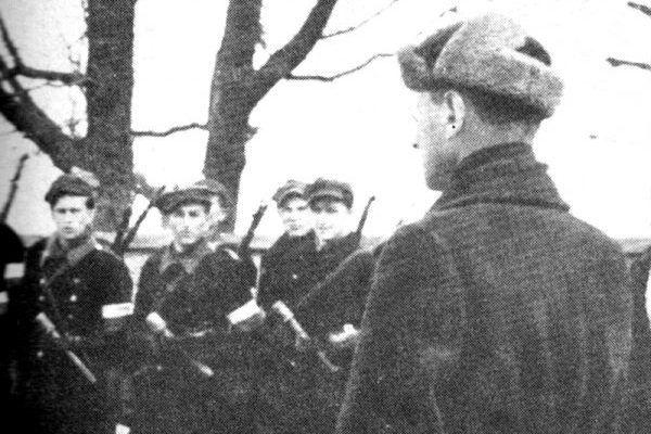 """Jedną z ofiar sowieckiego """"wyzwolenia"""" był pułkownik Aleksander Krzyżanowski """"Wilk"""" – na zdjęciu przed oddziałem w styczniu 1944 roku."""