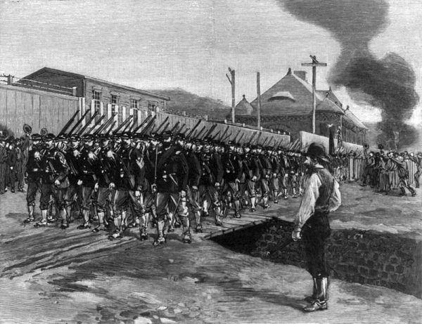 """W 1892 roku w największej stalowni koncernu, Homstead Works, wybuchł strajk spowodowany obniżeniem stawek pracowniczych. Doszło do zamieszek, w wyniku których 9 osób zginęło, a ponad 100 zostało rannych. Carnegie przebywał wtedy na wakacjach w Szkocji i całą sprawę zbył milczeniem... Na ilustracji obrazek, który pojawił się w wtedy """"Harper's Weekly"""", przedstawiający ochroniarzy Pinkertona wysłanych do stłumienia strajku."""