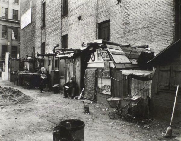 Bez pracy i dachu nad głową znalazły się setki tysięcy ludzi. Prymitywne szałasy, stanowiące tymczasowe schronienie dla bezdomnych, budowane były nawet na Manhattanie.