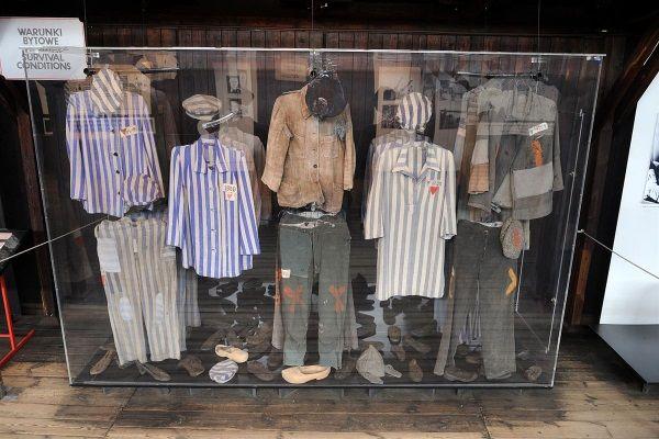 Muzeum Majdanek. Fragment wystawy, na którym pokazane są obozowe pasiaki (fot. Cezary p, lic. GFDL)
