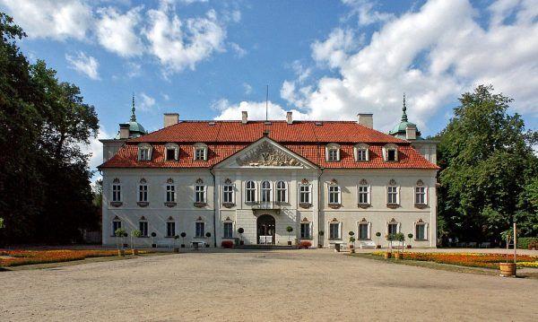 Pałac w Nieborowie należał do Radziwiłłów od 1774 do roku 1944. To właśnie Michał Hieronim zgromadził w nim słynną bogatą kolekcję obrazów, a jego żona zajmowała się stylowym urządzaniem wnętrz. A wszystko to za pieniądze pochodzące od zaborców...
