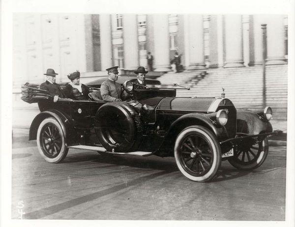 Edith była powiernicą męża, towarzyszyła mu podczas wielu oficjalnych okazji. Na zdjęciu para prezydencja jeszcze przed chorobą Wilsona, w 1917 roku.