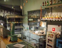 Puste półki. Rekonstrukcja sklepu z przełomu lat 70 i 80 (fot. Michał Paluchowski , lic. CC BY 2.0)