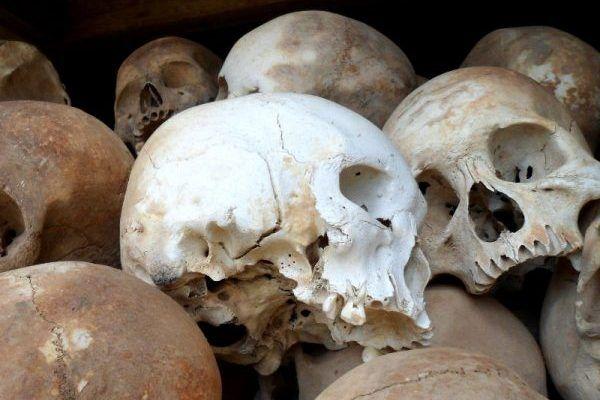 Czaszki ofiar reżimu z obozu Tuol Sleng (fot. Sigmankatie, CC BY-SA 3.0).