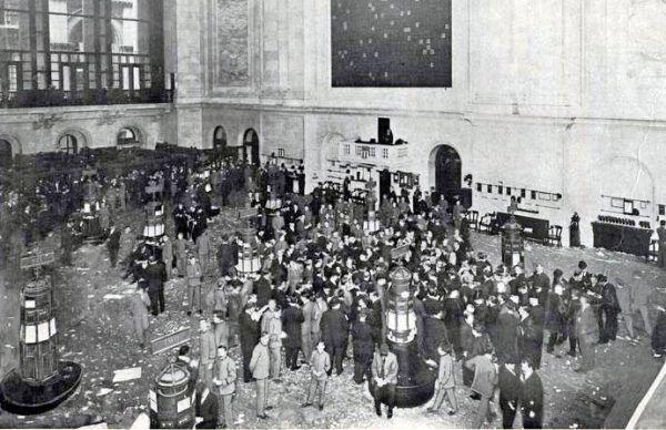 Wielki Kryzys rozpoczął się od krachu na giełdzie. Może dlatego, że stosunkowo niewielu Amerykanów śledziło jej zmiany, początkowo zbagatelizowano sygnały o nadchodzącej katastrofie? Na zdjęciu jeszcze spokojna giełda nowojorska w 1908 r.