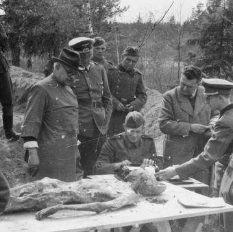 Międzynarodowa Komisja bada zwłoki znalezione w lesie katyńskim (1943 rok).