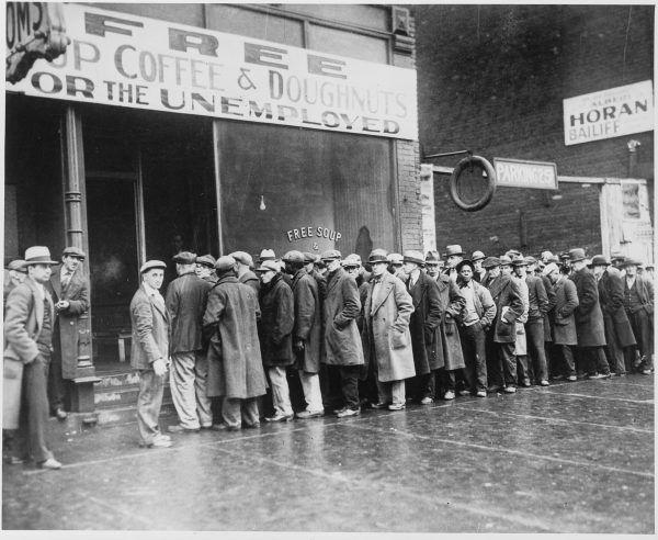 Miliony ludzi dotknęło bezrobocie. Wielu opierało się na pomocy organizacji dobroczynnych i programach rządowych. Na zdjęciu kolejka oczekujących na darmowe posiłki w Illinois.