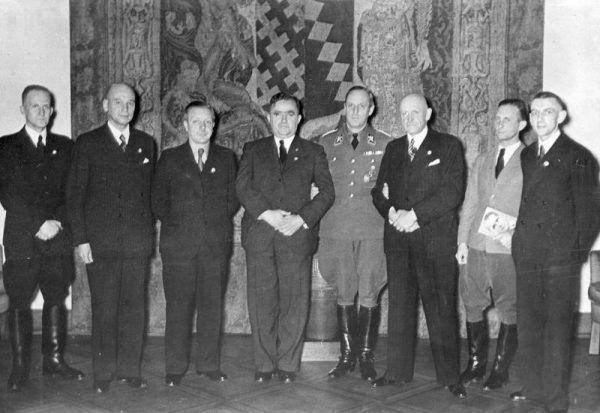 """Aż trudno uwierzyć, że członek jednego z najpotężniejszych polskich rodów, sam prosił się o wpisanie na Volkslistę. Jeszcze większym paradoksem okazuje się fakt, że odmówiono mu tego """"zaszczytu"""". Na zdjęciu grupa volksdeutschów z Polski po otrzymaniu z rąk Adolfa Hitlera złotych odznak NSDAP za zasługi dla III Rzeszy we wrześniu 1939."""