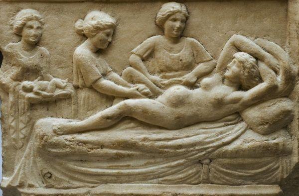 Wiele dzieci, które rodziły się w starożytności kończyło porzuconych, nierzadko na śmietniku. Tylko od szczęścia zależało czy którekolwiek z niechcianych niemowląt przeżyje... Na ilustracji marmurowa tablica przedstawiająca rodzącą kobietę, znaleziona w Ostii, antycznym mieście portowym starożytnego Rzymu.