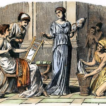 Nie mogły wychodzić z domu. Nie pozwalano im się uczyć. Bardziej ceniono hetery niż prawowite małżonki. Tak wyglądało życie kobiet w starożytnych Atenach - mieście, w którym zrodziła się demokracja.
