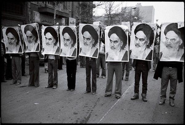 """Ambasador Piekarski w czasie irańskiej rewolucji ukrywał się wraz z rodziną w budynku ambasady, gdy tłum na zewnątrz skandował: """"Śmierć obcym!""""."""