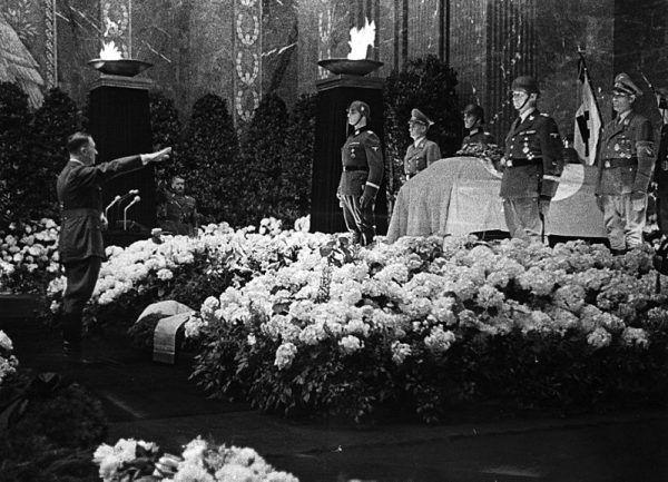 W odwecie za śmierć Heydricha naziści zamordowali ponad tysiąc osób. Na pogrzebie pojawił się sam Adolf Hitler.