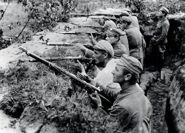 Spieszeni ułani w trakcie walk pod Kostiuchnówką.