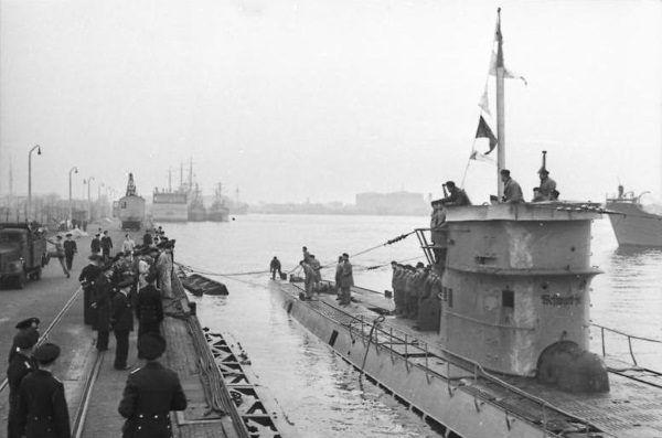 U-37 wpływa do portu. Była to jedna z najskuteczniejszych niemieckich jednostek podwodnych.