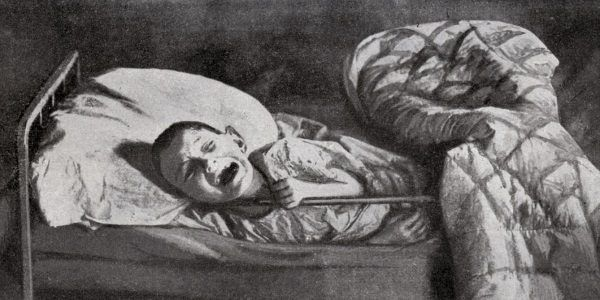 Ciężko niedożywiony chłopiec płaczący w łóżku szpitalnym w Samarze (fot. domena publiczna)