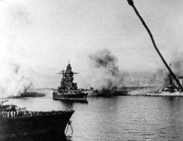 """Pancernik """"Dunkierka"""" ostrzeliwany przez angielskie okręty podczas operacji """"Catapult""""."""